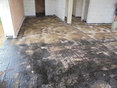 Abkleben der Bodenplatte durch Dachdecker | ARTOS HAUS Bild 1