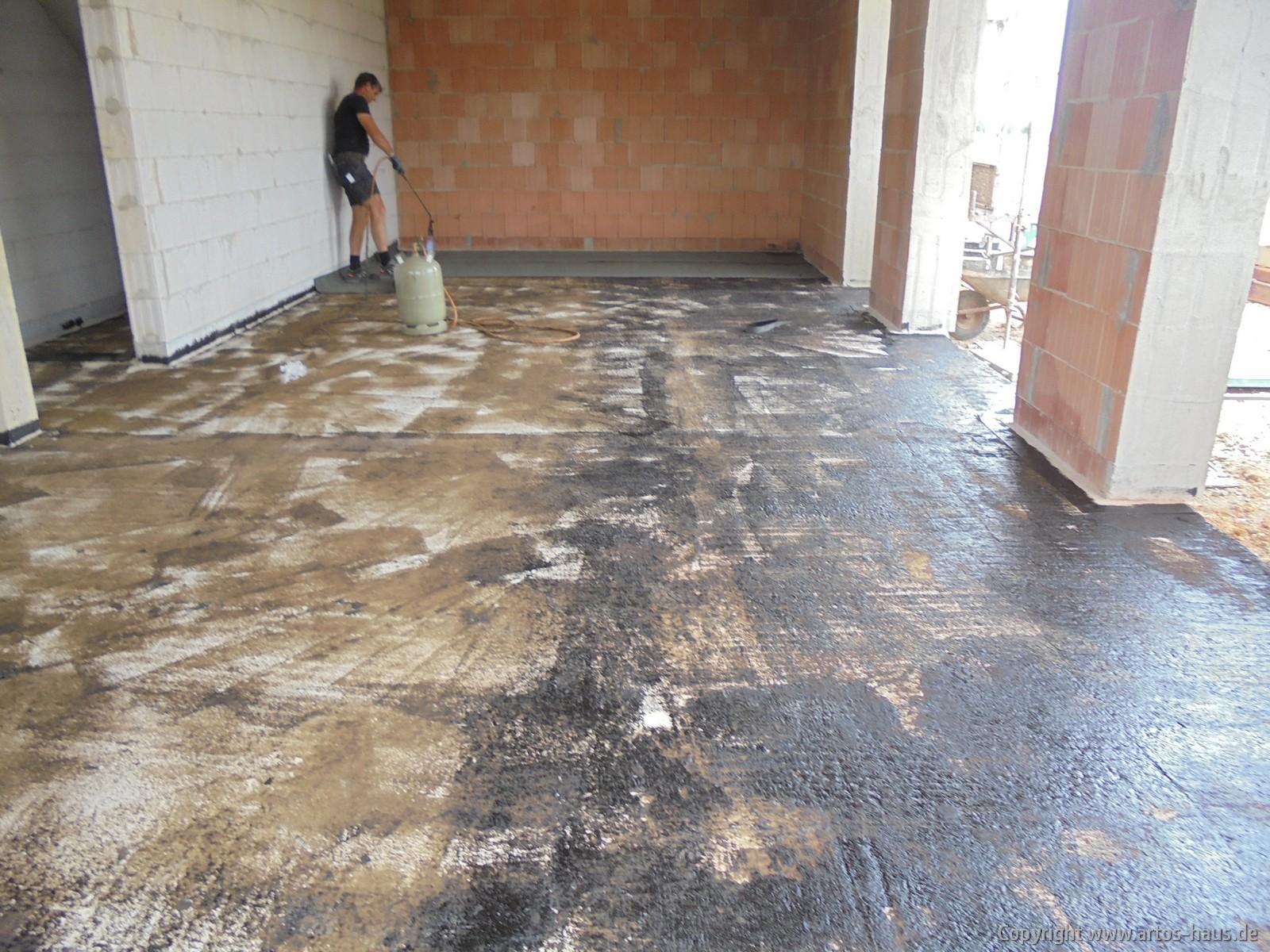 Abkleben der Bodenplatte durch Dachdecker | ARTOS HAUS Bild 2