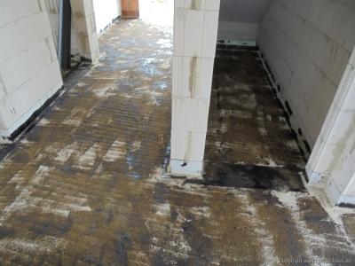 Abkleben der Bodenplatte durch Dachdecker | ARTOS HAUS Bild 3