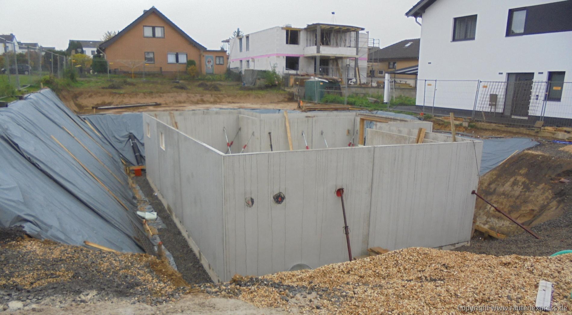 Kellerwände werden aufgestellt | artos-haus.de