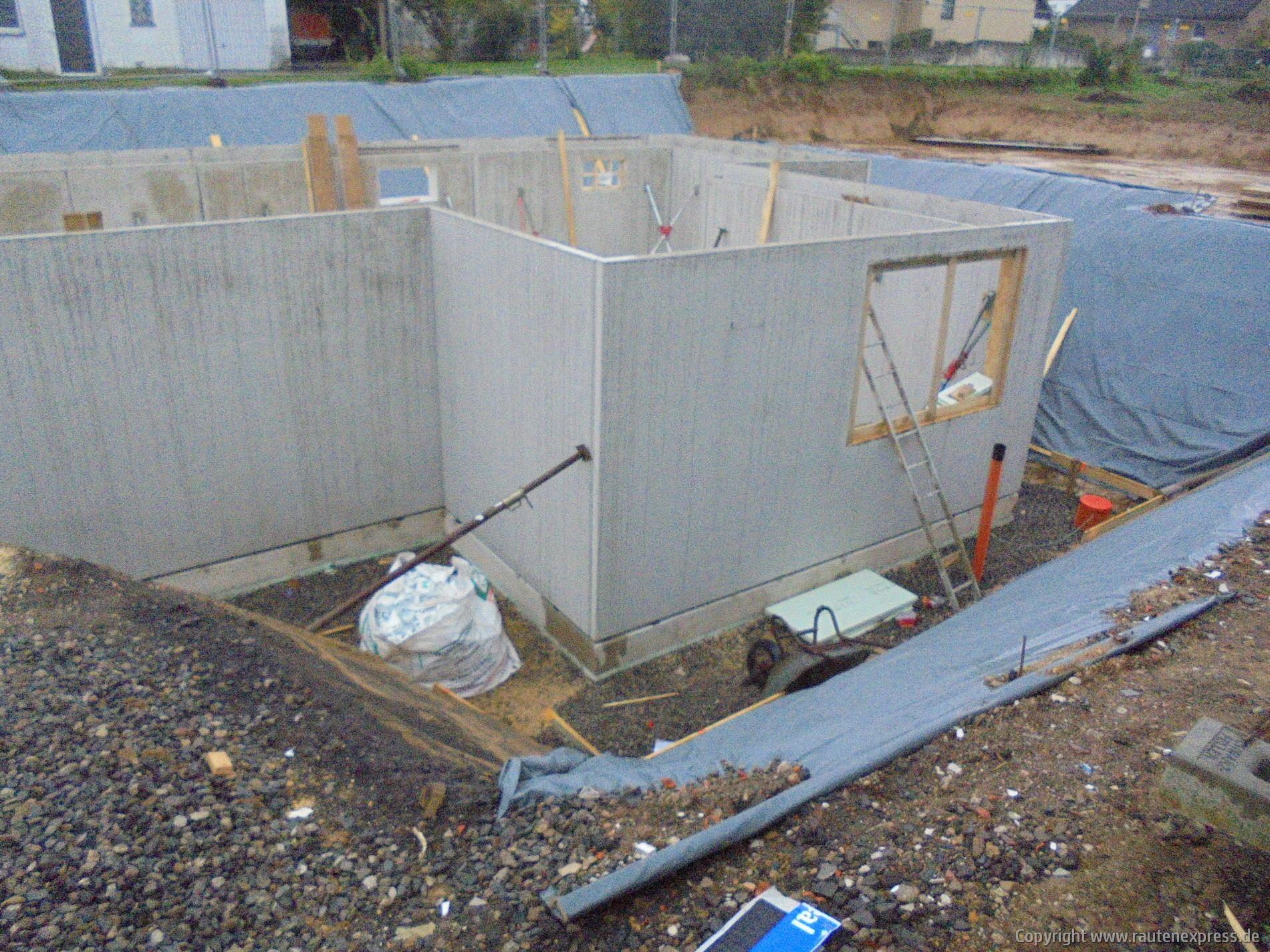 Kellerwände werden aufgestellt | artos-haus.de Bild 4