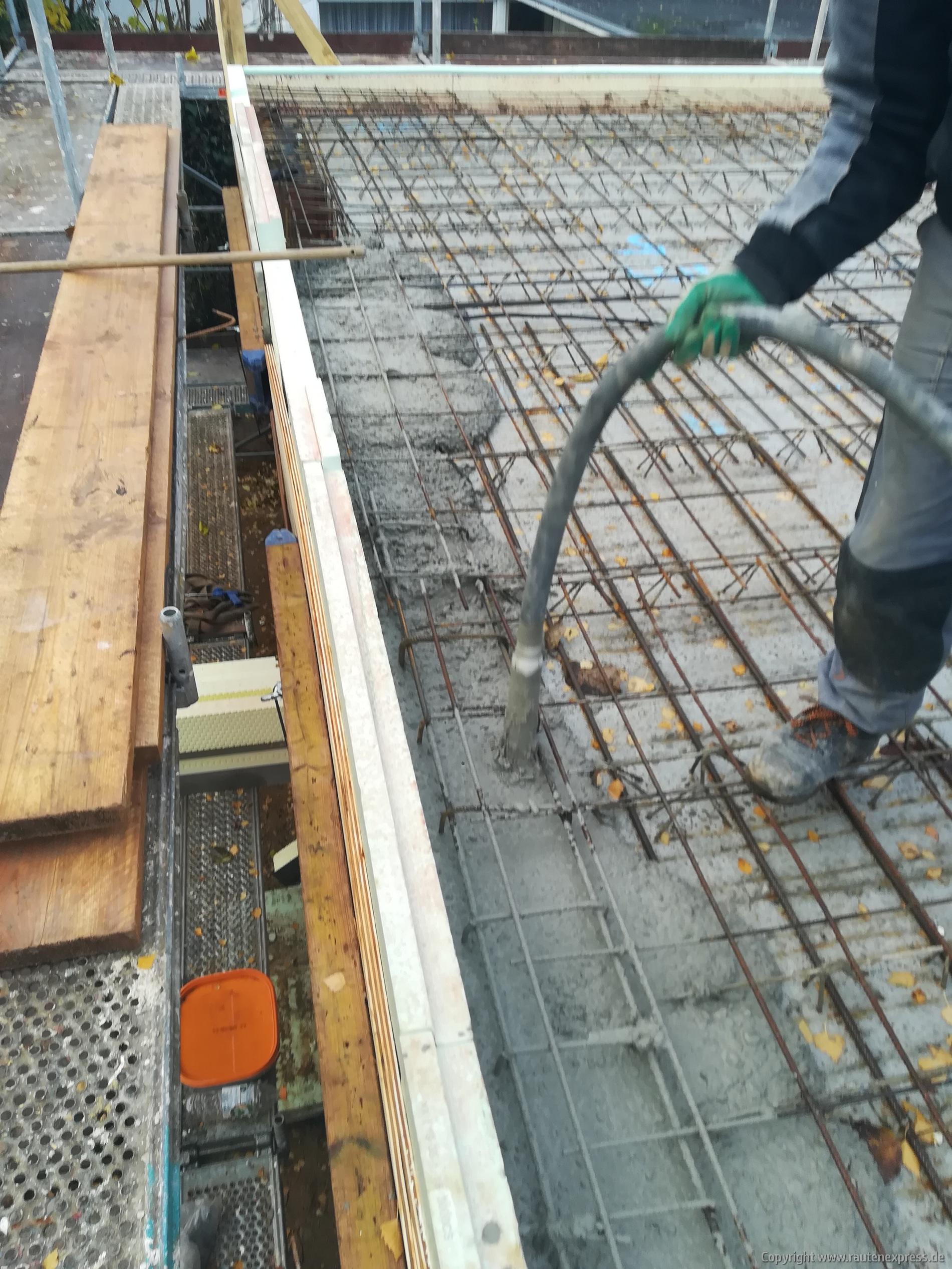 Beton wird verdichtet | ARTOS HAUS BIld 1