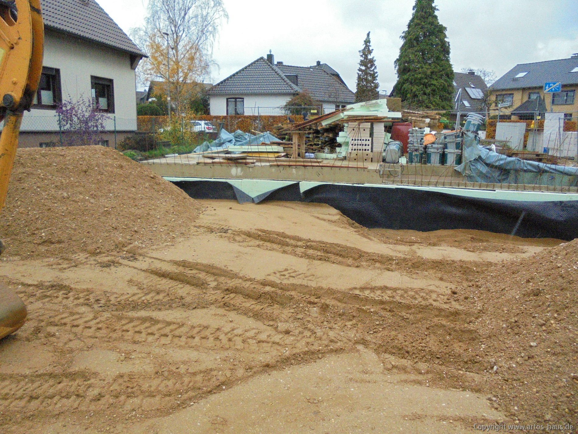 Verfüllen der Baugrube | www.artos-haus.de Bild 3