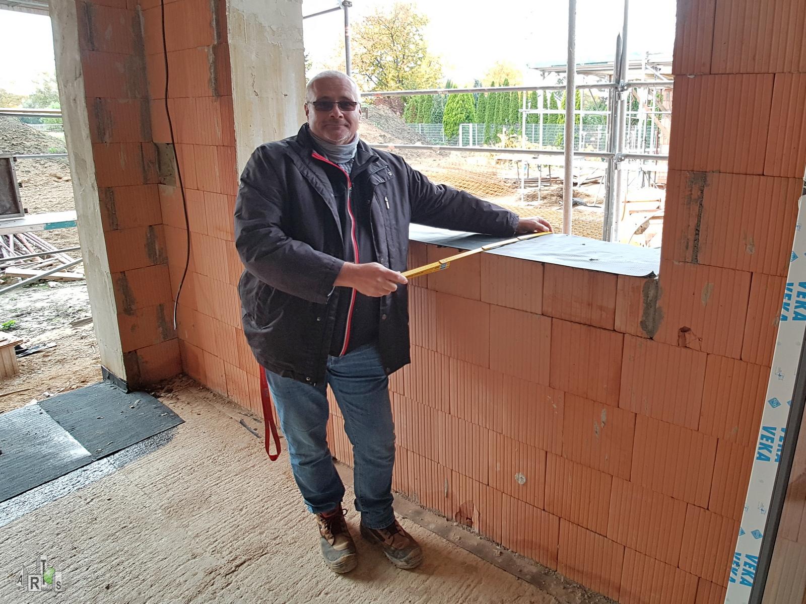 ARTOS Bauleiter Thomas Braun zeigt das 42,5 dicke Mauerwerk beim Bauvorhaben in Hürth. Bild 1