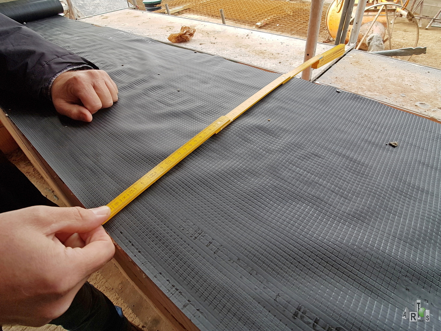 ARTOS Bauleiter Thomas Braun zeigt das 42,5 dicke Mauerwerk beim Bauvorhaben in Hürth. Bild 2